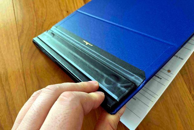 また、フラップは裏面に収納できるので、フラップが書類の確認や書き込みをジャマすることもありません