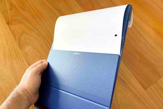 「マグフラップ」なら背面フラップがめくった書類をしっかりとホールドしてくれます