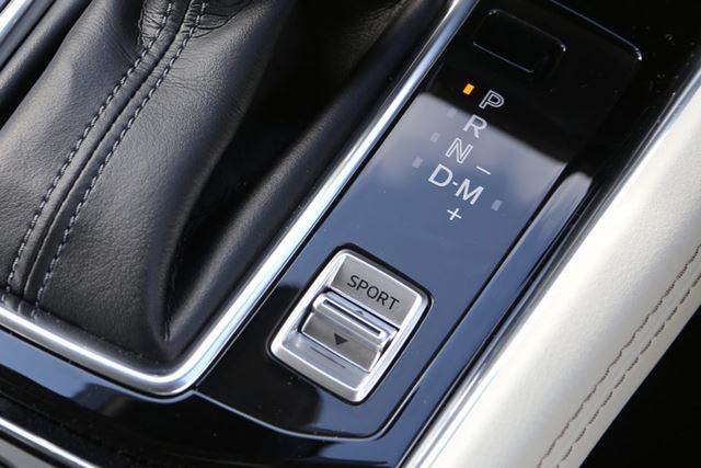 マツダ「CX-5」シフトノブ右下に備えられているスイッチがスポーツモード。