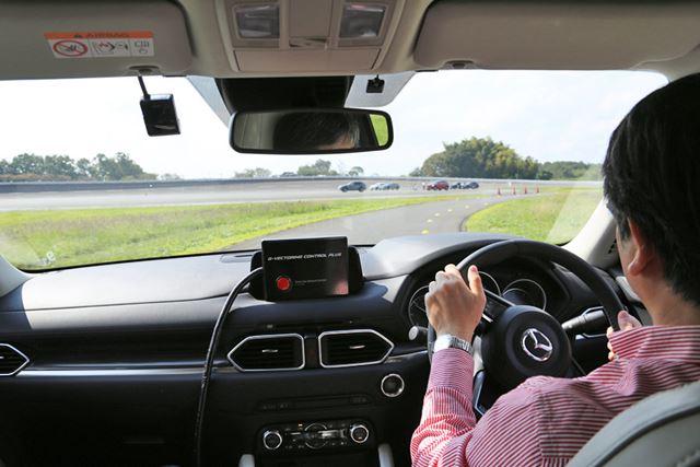 GVCプラスの試乗車に乗ってハンドリング路を走行する様子。