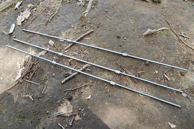 分解されているポールを接続し、3本の脚を作ります