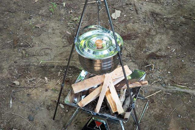 焚き火台に薪を用意し、点火!