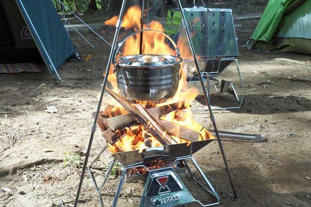 かなり勢いよく燃えていますが、少ししたら焚き火台の炎は落ち着いてくるので、そのままコトコト煮込みます