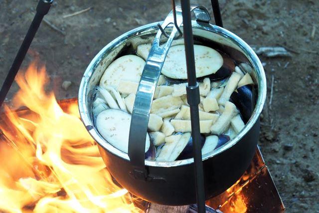 なお、鍋の中はカレー。和風カレーっぽいものを作っているので、最初に食材と水、和風だしの素を入れて加熱