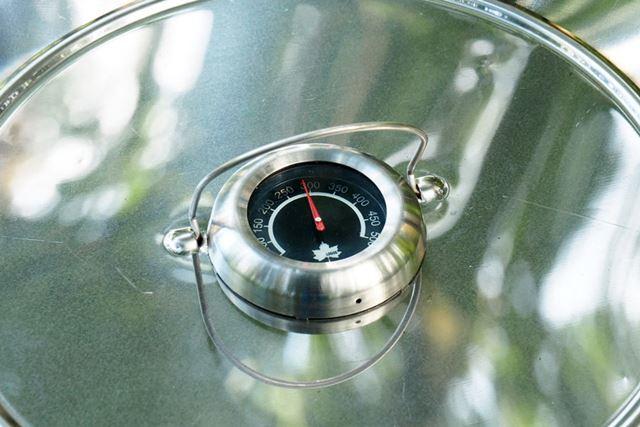 窯内の温度は、上部にある温度計で確認できます。この温度を見ながら、炭を調整するのがかまど料理!