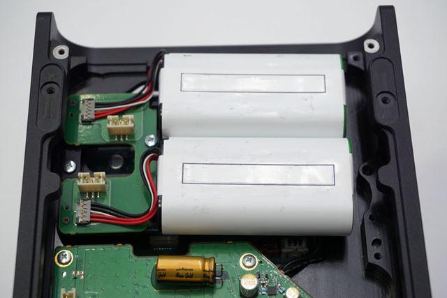 アナログ側のバッテリーは、プラス側とマイナス側にそれぞれ2セルずつ搭載