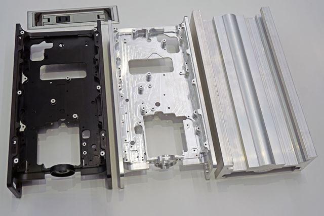 写真左がH型アルミシャーシ。写真右のアルミブロックから削り出して製作している