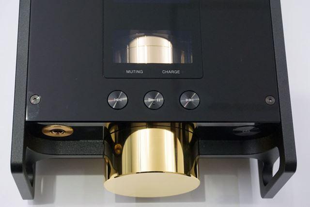 ボリュームノブ近くには、再生コントロール用ボタンも用意されている