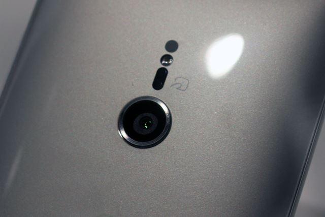 メインカメラはシングルレンズ仕様で、イメージセンサーやレンズなどハードウェアは前モデルから変更はない