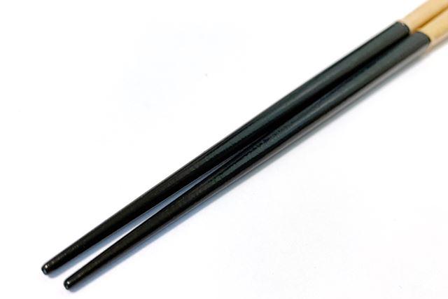 口をつける箸先は合成化学塗料を一切含まない100%天然漆仕上げ