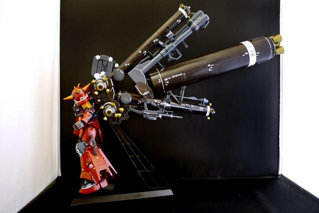 大型ロケットブースターを挟むように固定。一度固定するとしっかり保持してくれます