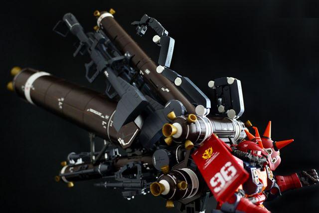 バックパック上部のマニピュレーターも展開でき、これで各種武装を把持することも可能