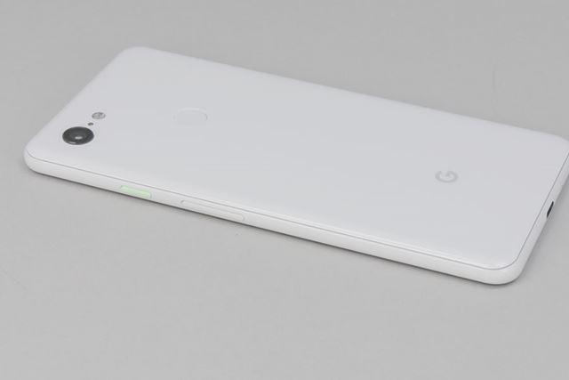 クリアリーホワイトは、側面の電源ボタンが淡い黄緑色でデザインのアクセントになっている