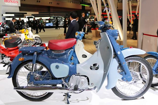 ブルー系の車体に赤いシートが装備された、1958年に登場した初期型「スーパーカブ C100」