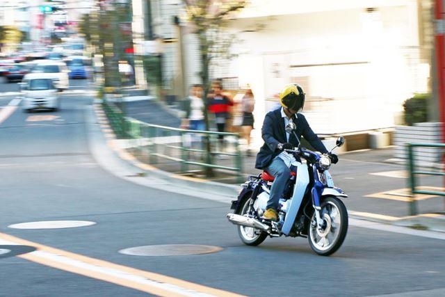 ビジネスバイクのイメージをくつがえすような俊敏な加速が味わえる