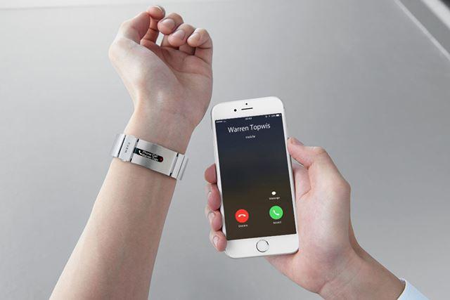 連携スマホへの電話の着信情報は、「wena wrist pro」の有機ELディスプレイに振動とともに表示される