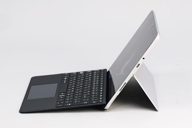 Surface Proと同様、キックスタンドでディスプレイの角度を無段階調整できる