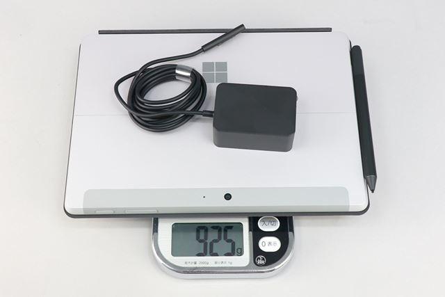 本体、カバー兼キーボード(別売)、「Surfaceペン」(別売)、ACアダプターを合わせた重量は実測で925g