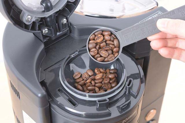 ミルケースに豆を投入。もちろん豆からではなく、コーヒー粉からドリップすることもできる
