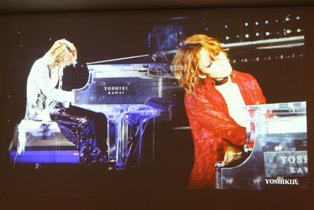 YOSHIKIのステージでは「YOSHIKI」「KAWAI」のロゴが入ったクリスタルグランドピアノが使用されている