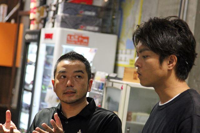 トライアスロン専門ショップ「アスロニア」の店長、蒔田俊史さん(左)と編集・牧野(右)