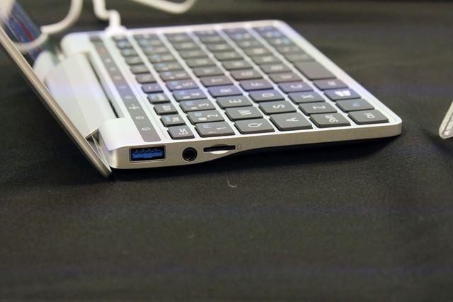 本体左側面にはUSBポート(3.0)に加えて、microSDカードスロットを搭載