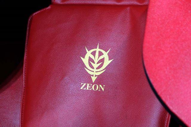 座面の背中部分に燦然と輝くZEON(ジオン)軍のマーク