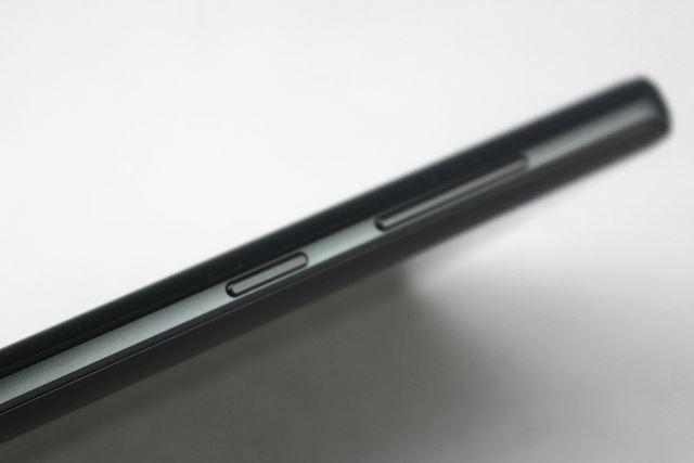 ボディの左側面には、ボリュームボタンとサムスン独自のAI機能「Bixby」の呼び出しボタンが配置される