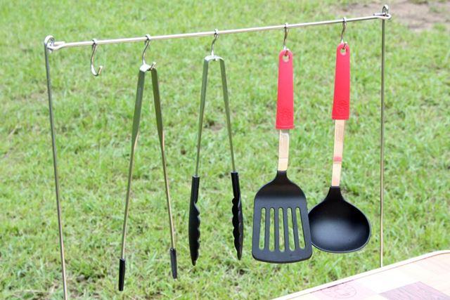 テーブルの前にお玉やフライ返しなどが吊せるツールハンガーがあるほうが、作業効率がグンとアップします