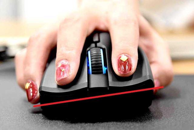 マウスを正面から見ると、やや傾いているのがわかる。小指側(写真左)が低く、親指側(写真右)が高い