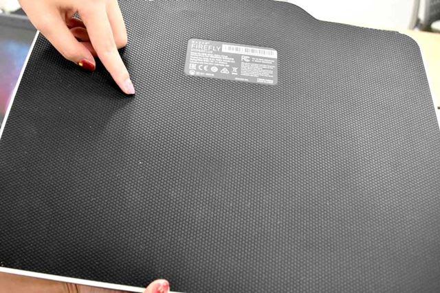 マウスパッドの裏側。デスクにしっかりと貼り付くため、ちょっとやそっとじゃ、ズレない!