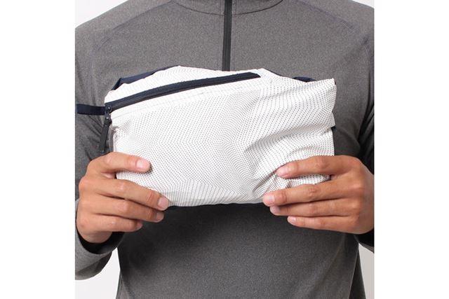 バッグに入れておく際は、右のハンドポケットに全体を収納できるパッカブル仕様を採用