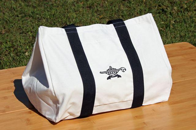 トートバッグタイプの収納バッグが付属。取っ手は肩がけできる長さなので、持ち運びもラク!