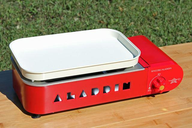 写真は「平らプレート」ですが、プレートを交換することで焼き物だけでなく鍋料理も作れます