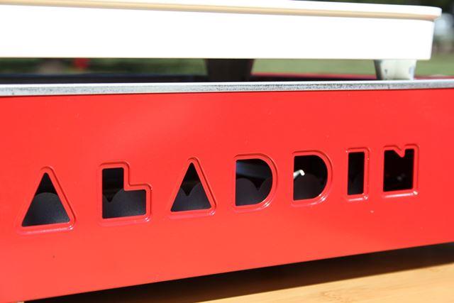 炎は、本体側面にある「ALADDIN」の抜き文字から確認可能。のぞき穴までかわいい!