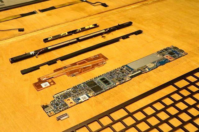 インテルと共同開発したマザーボード。小型化することで、バッテリーを内蔵するスペースを確保している