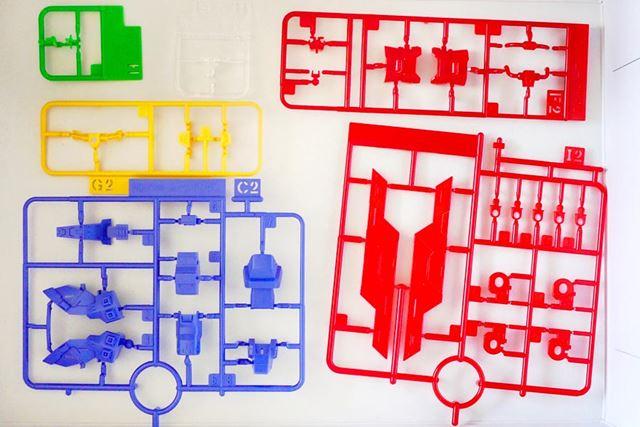 多彩なカラーリングのパーツ類。特徴的な赤いパーツはクリアレッドの配色がされています