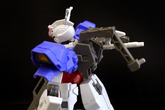 背中に装着する場合は可動アームを外し、別パーツをバックパックにセットします