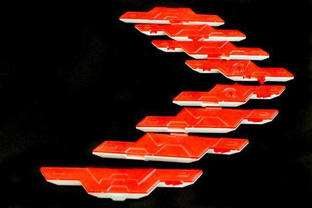 サイコ・プレートは8枚に分離可能。場所を覚えておかないと元の形状に戻らなくなりそう