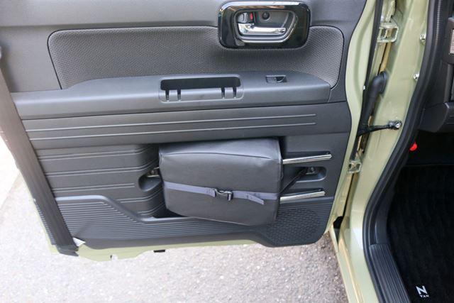 車中泊でシートを折りたたむ際に取り外した助手席のヘッドレストは、ドアの内側に収納できる