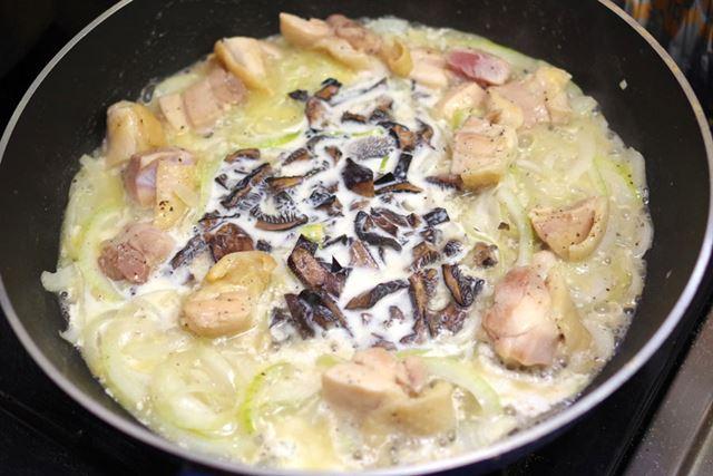 バターでタマネギと鶏肉を炒め、そこに水で戻したコウタケだと信じているキノコと牛乳を入れて煮詰める