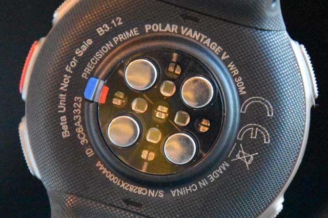 「Polar Vantage V」の本体裏面に搭載された光学式心拍センサー