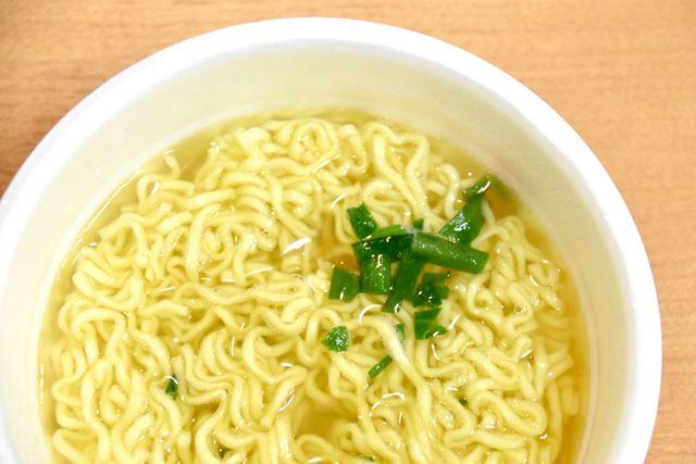 なんと具材はこれだけ。かやく入りスープの素に入っていた、ニラのみです。これは大冒険の予感だぁぁ!