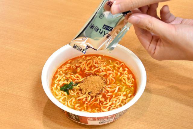 最後に後入れ粉末スープを入れます……唐辛子や山椒がふわっと舞って、思わずクシャミが!