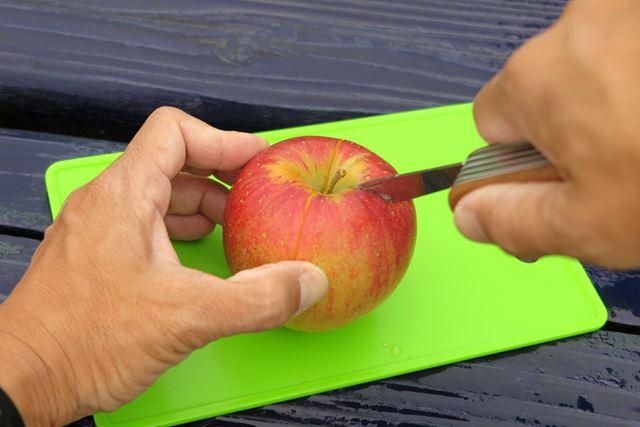 切れ味は鋭く、リンゴの中心部までラクに刃が入る。皮むきや薄切りも簡単だ