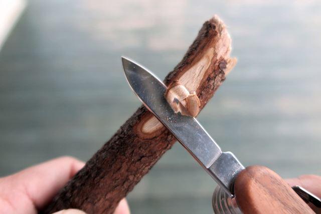 力を入れずに木の枝も削れる。焚き火の火口を作るくらいは、すぐにできるだろう