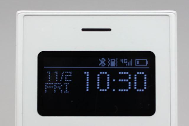 ホーム画面には、日付、曜日、時刻が表示される。画面はシンプルでiモード以前のケータイのよう