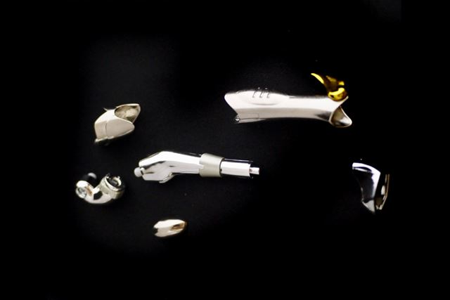 前脚部分のオブジェパーツに、脚用のアーマーパーツを装着します