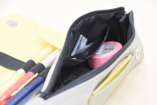 ポーチには、内外にそれぞれポケットが付く。付箋やペンの替芯などを入れるのに最適だ