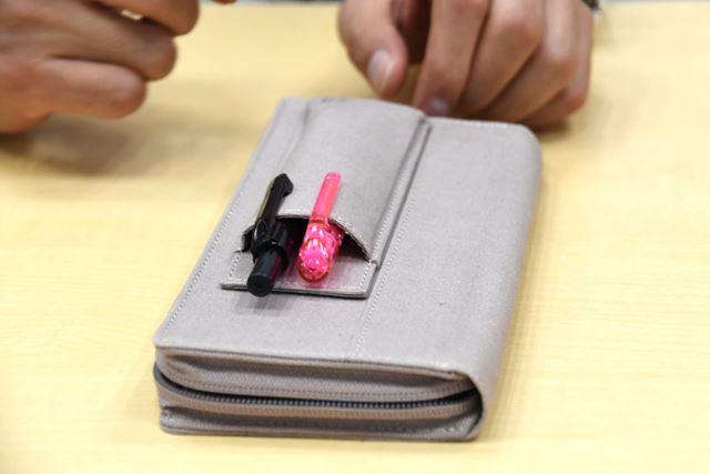 外側には、アクセスがよく、すぐにペンが取り出せるポケット付き